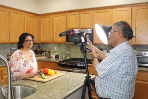 La cocina de Manjula filmando Youtube por Alex Jain